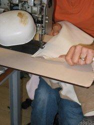 Lavorazione poltrona sospesa: particolare della cucitura della pelle
