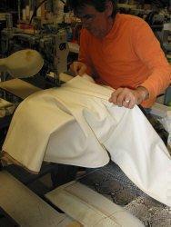 Lavorazione poltrona sospesa: fase della cucitura della pelle