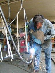Lavorazione poltrona sospesa: fase della saldatura del ferro