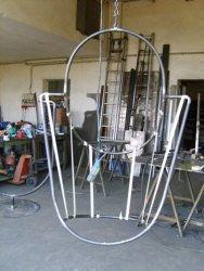 Lavorazione poltrona sospesa: fase dell'ultimazione del telaio