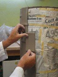 Lavorazione portaombrelli: particolare dell'applicazione del rettangolo in argilla