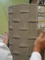 Lavorazione portaombrelli: particolare della schiacciatura del rettangolo in argilla