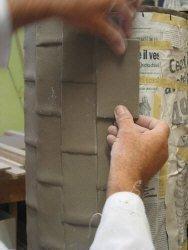 Lavorazione portaombrelli: particolare della successiva applicazione del rettangolo in argilla