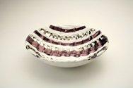 Ciotola in ceramica foggiata a rettangoli, pallini e colombino ordinati, finitura viola, platino e bianco