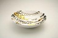 Ciotola in ceramica foggiata a rettangoli, pallini e colombino disordinati, finitura oro, platino e bianco