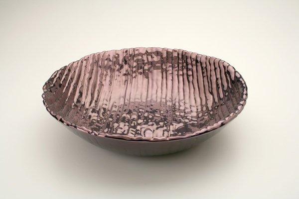 Ciotola in ceramica foggiata a colombino diritto, finitura viola iridescente