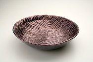Ciotola in ceramica foggiata a colombino mosso, finitura viola iridescente
