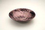 Ciotola in ceramica foggiata a colombino zigzagato, finitura viola iridescente