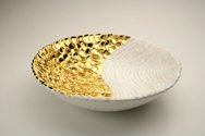 Ciotola in ceramica foggiata a pallini e colombino, finitura oro e bianco