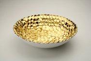 Ciotola in ceramica foggiata a pallini, finitura oro