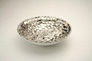 Ciotola in ceramica foggiata a pallini, finitura platino