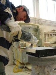 Lavorazione pouf: fase della levigatura del marmo