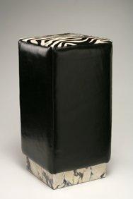 Pouf con base in marmo arabescato Corchia Carrara, rivestimento in vitello liscio colore nero, seduta in cavallino zebrato bianco
