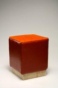 Pouf con base in marmo giallo Antico, rivestimento in vitello liscio colore arancione, seduta in cavallino arancione