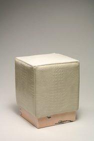 Pouf con base in marmo rosa Portogallo, rivestimento in vitello stampato coccodrillo colore bianco perla, seduta in cavallino bianco