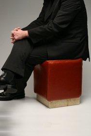 Pouf con uomo seduto