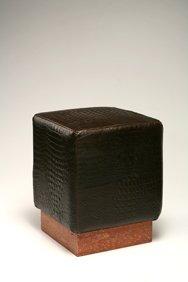 Pouf con base in travertino Rosso, rivestimento in vitello stampato coccodrillo colore marrone scuro