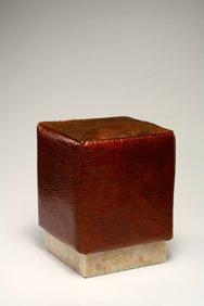 Pouf con base in onice Giallo, rivestimento in vitello stampato coccodrillo colore miele scuro, seduta in cavallino testa di moro