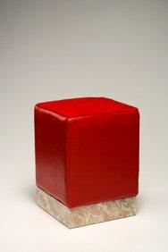 Pouf con base in rosa Norvegia, rivestimento in vitello liscio colore rosso, seduta in cavallino rosso