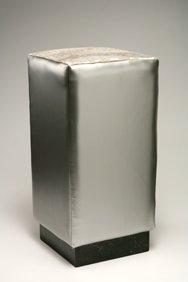 Pouf con base in marmo nero Marquinia, rivestimento in similpelle colore argento, seduta in cavallino laser cocco argento
