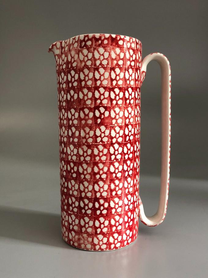 """Caraffa in ceramica, cilindrica """"Serlio"""", decorata in spugna, motivo """"Fiori"""" rosso vivo"""