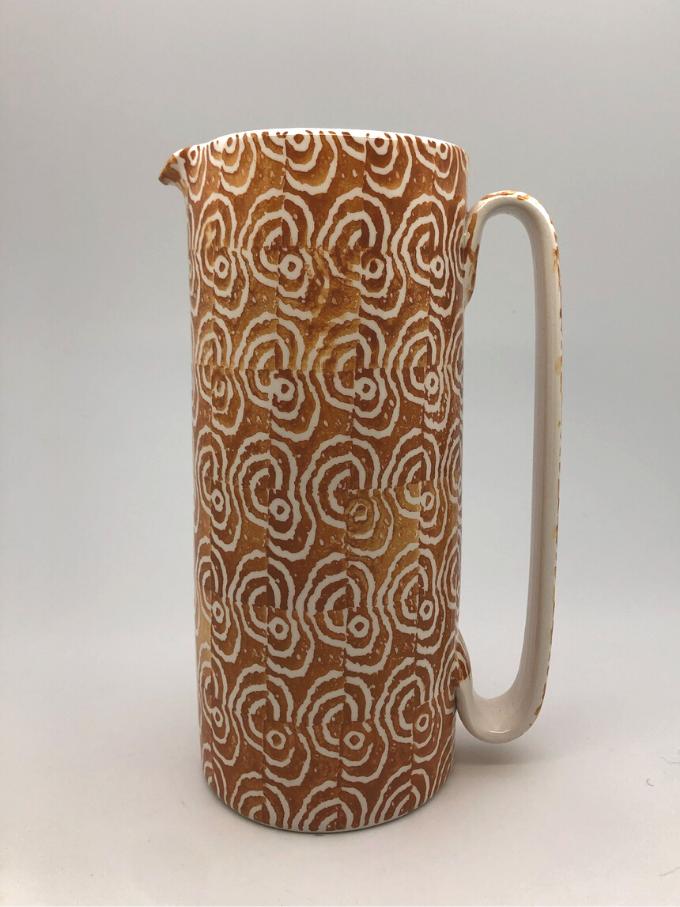 """Caraffa in ceramica, cilindrica """"Serlio"""", decorata in spugna, motivo """"Ostrica"""" ocra"""